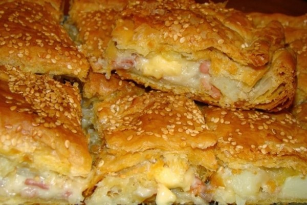 Εύκολη συνταγή για πεντανόστιμη αφράτη πίτα με κοτόπουλο και τυριά!