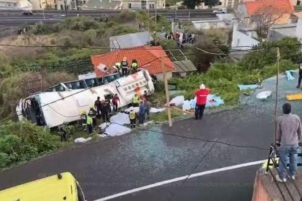Τραγωδία στην Πορτογαλία: Καρέ καρέ η στιγμή της πτώσης του λεωφορείου! (Video)