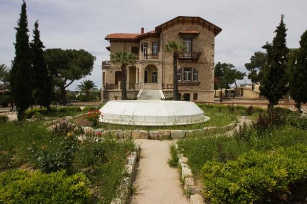 Ντελαγκράτσια: Το ελληνικό χωριό με τις βίλες και τις τεράστιες επαύλεις που θυμίζει Κηφισιά!