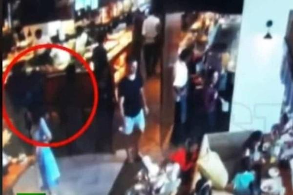 Απίστευτο! Λίγο πριν την επίθεση ο βομβιστής στη Σρι Λάνκα χαϊδεύει στο κεφάλι ένα κοριτσάκι! (Video)