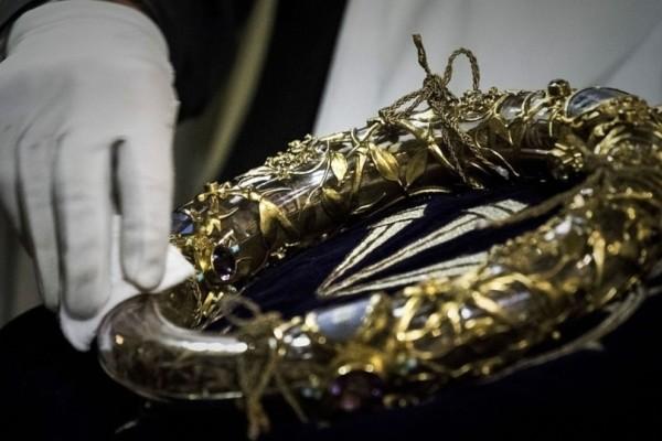 Νέες φωτογραφίες: Η ώρα που σώζουν τους θησαυρούς της Παναγίας των Παρισίων από την πύρινη λαίλαπα!