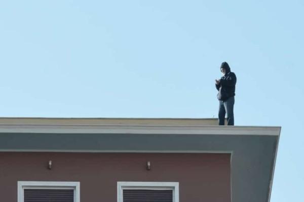Λήξη συναγερμού στο υπουργείο Εσωτερικών: Κατέβηκε ο συμβασιούχος που απειλούσε να αυτοκτονήσει!