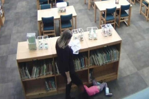 Οργή προκαλεί μια δασκάλα η οποία κλώτσαγε μαθήτριά  της με μανία!