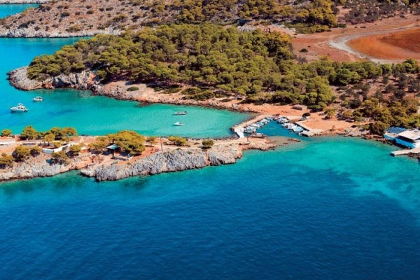 Ένα πευκόφυτο τουριστικό νησί βρίσκεται μία ώρα από την Αθήνα! (photos)