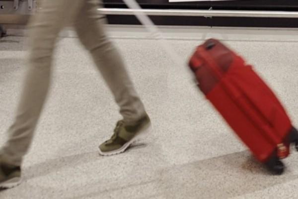 Aδιανόητο στη Σαντορίνη: Άνοιξαν τις βαλίτσες 20χρονης στο Αεροδρόμιο και δεν πίστευαν στα μάτια τους!