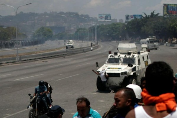 Χαμός στη Βενεζουέλα: Τραυματίστηκε αξιωματικός από σφαίρα!