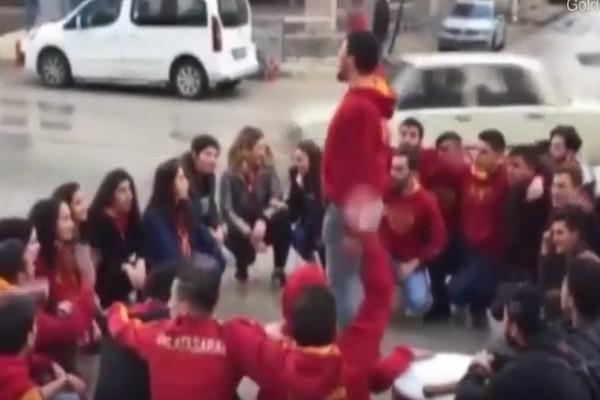 Βίντεο σοκ: Αυτοκίνητο παρέσυρε οπαδούς της Γαλατασαράι!