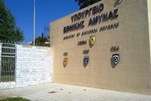 Υπουργείο Εθνικής Άμυνας: Eπίθεση κουκουλοφόρων με πανό!