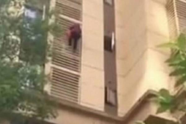 Κλάμα: Γιαγιά με Αλτσχάιμερ κατέβηκε 10 ορόφους σαν… τον Spiderman