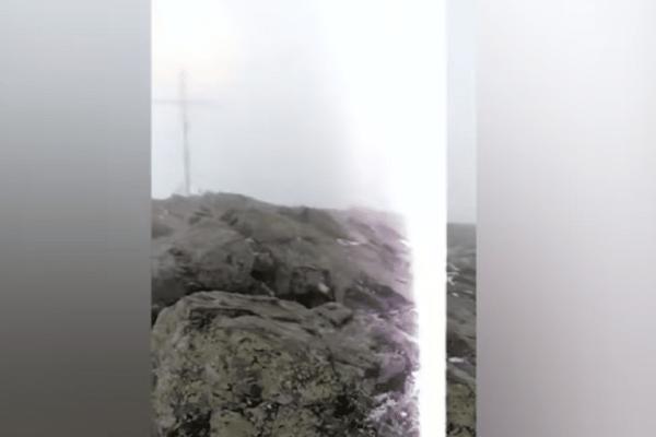 Σοκαριστικό βίντεο με κεραυνό να να χτυπά ζευγάρι την ώρα που κάνει live μετάδοση!