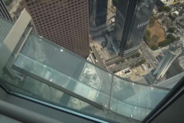 Απίστευτο: Γυάλινη διάφανη τσουλήθρα στον 70o όροφο ουρανοξύστη! (Video)