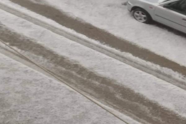 Aπίστευτες εικόνες: Λευκοί οι δρόμοι από το χαλάζι στην Αθήνα!