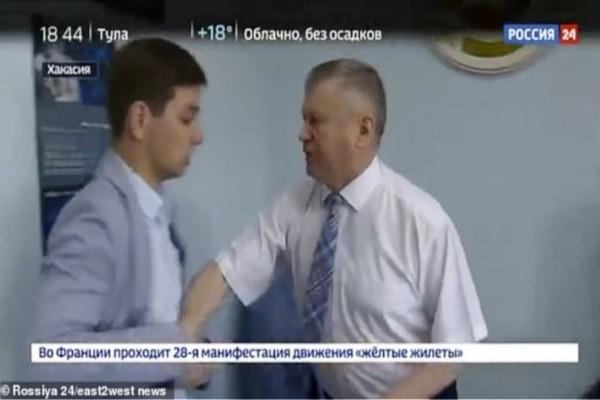 Απίστευτο: Ρώσος αξιωματούχος πλάκωσε δημοσιογράφο επειδή τον ρώτησε αν είναι διεφθαρμένος! (Video)