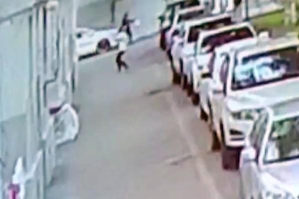 Απίστευτο: Άνδρας πιάνει αγοράκι τη στιγμή που πέφτει από τον πέμπτο όροφο! (Video)
