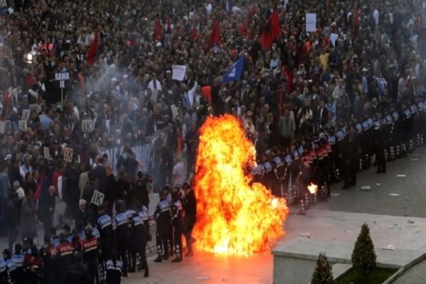 Σοβαρά επεισόδια στην Αλβανία: Μολότοφ, δακρυγόνα και τραυματίες! (Video)