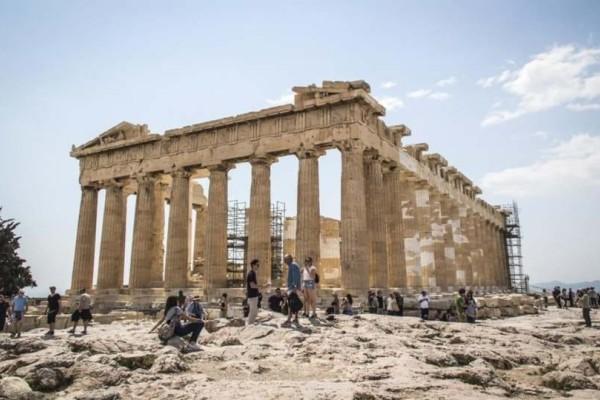 Αδιανόητο: Εκτός Ακρόπολης έμειναν τουρίστες λόγω ενδυμασίας!
