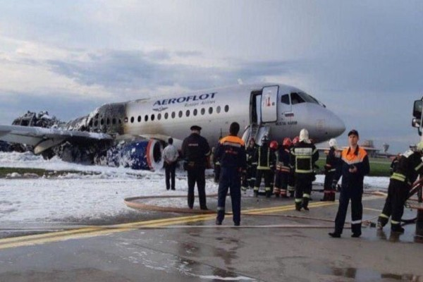 Αεροπορική τραγωδία στη Μόσχα: Ο συγκυβερνήτης μπαίνει στο φλεγόμενο αεροπλάνο για να σώσει τον κυβερνήτη! Βίντεο σοκ!