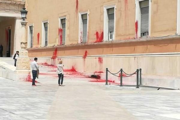 Επίθεση με μπογιές στη Βουλή!