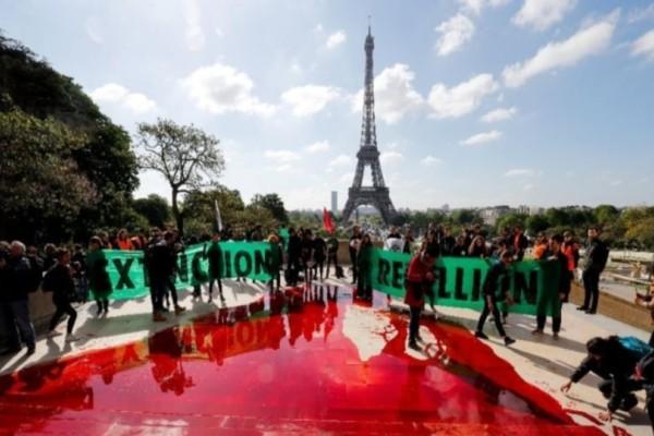 Παρίσι: Πέταξαν 300 λίτρα «αίματος» στο Τροκαντερό!