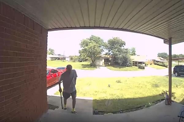 Βίντεο σοκ: Φίδι δαγκώνει στο πρόσωπο άνδρα!