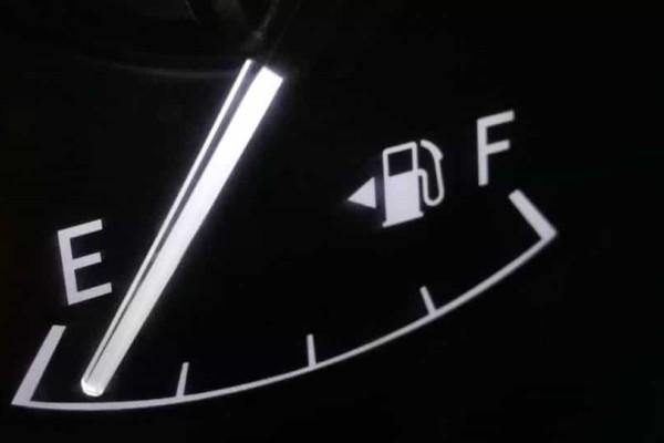 Το έχεις παρατήσει ποτέ; Τι είναι αυτό το βελάκι δίπλα από τον μετρητή βενζίνης;