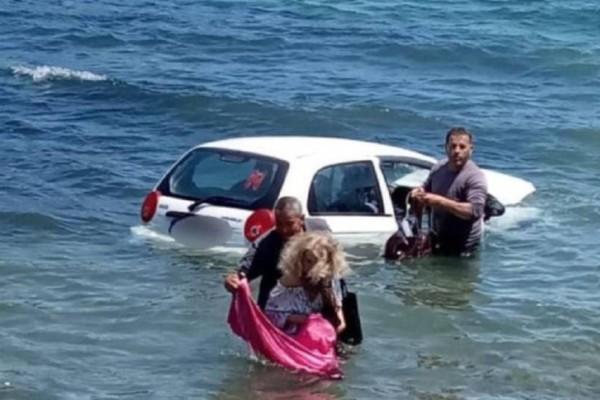 Απίστευτες εικόνες στον Γαλατά: Περαστικοί έσωσαν γυναίκα που έπεσε με το ΙΧ της στην θάλασσα! (photos)