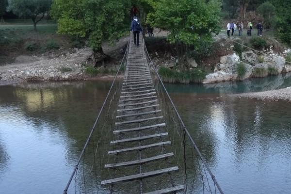 Μία αλλιώτικη «γέφυρα» στην Ναυπακτία που ενθουσιάζει μικρούς και μεγάλους! (Video)