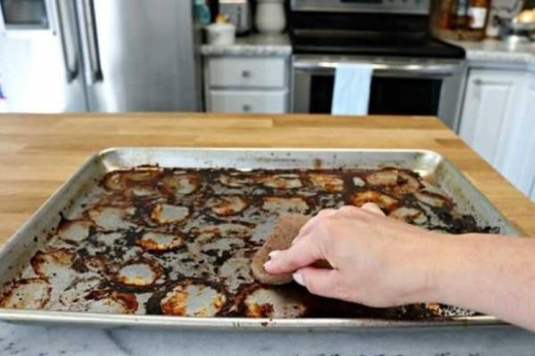 Απλά βήματα για να καθαρίσετε τα ταψιά από το καμένα λίπη!