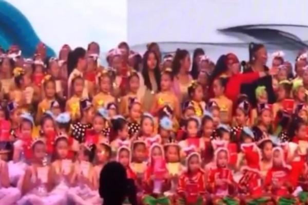 Σοκαριστικό βίντεο: Σκηνή καταρρέει και εκατοντάδες παιδιά έπεσαν στο κενό!