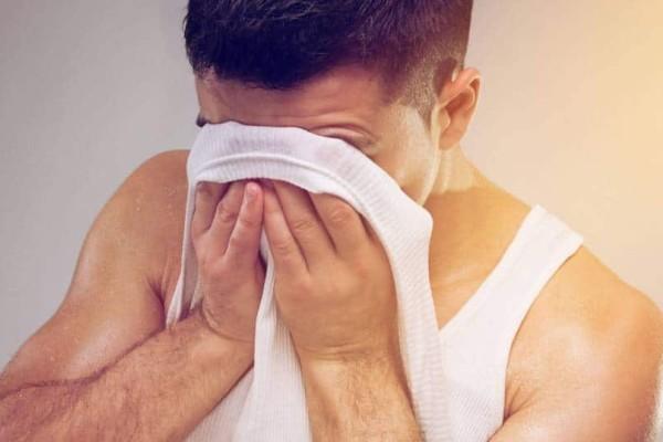 Όταν κοιμάσαι ιδρώνεις; Γιατί συμβαίνει;