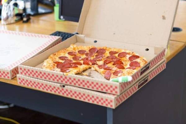 Αυτός είναι ο λόγος που οι πίτσες μπαίνουν σε τετράγωνα κουτιά!