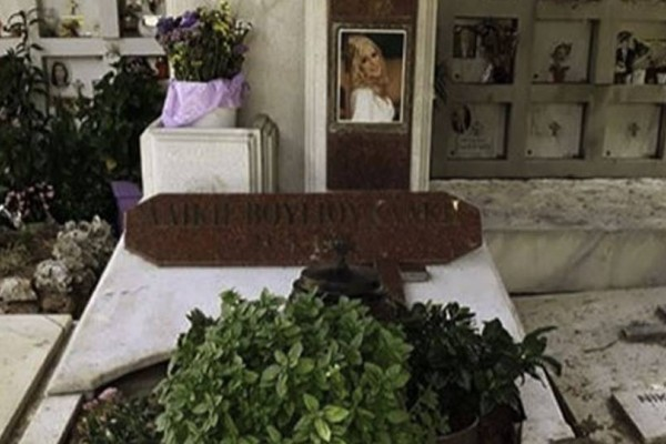 Ανατριχίλα: Τι έγραψαν πάνω στον τάφο της νεκρής Αλίκης Βουγιουκλάκη!