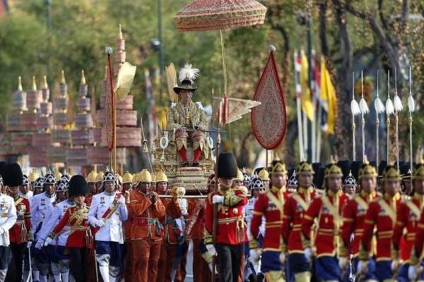 Ταϊλάνδη: Χαμός στην ενθρόνιση του βασιλιά!