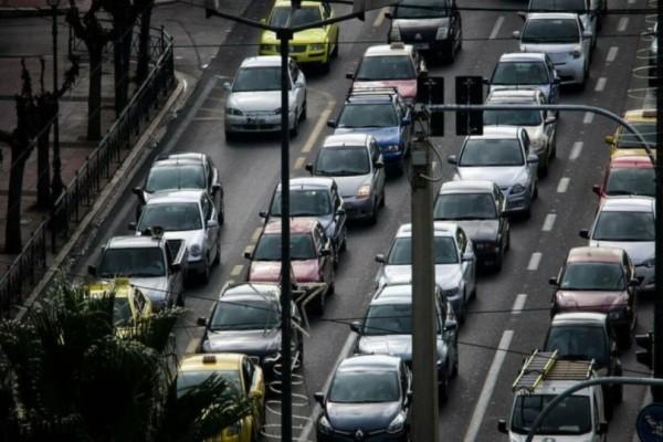 Κίνηση στους δρόμους: Χάος στην Αθήνα - Μποτιλιάρισμα στην Αττική Οδό!