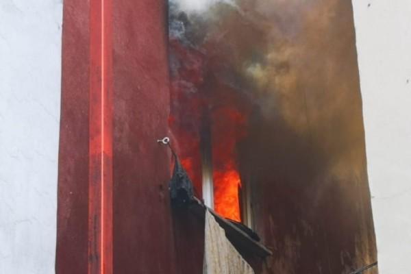 Σοκ: Πέταξε τα 3 της παιδιά απο το μπαλκόνι για να τα σώσει απο τη φωτιά!