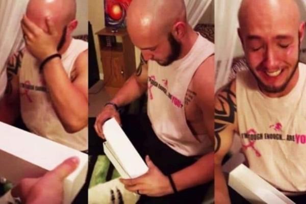 Άνοιξε ανυπόμονος το δώρο του πιστεύοντας πως είναι ένα ρολόι! Το περιεχόμενο όμως, τον έκανε να κλάψει…