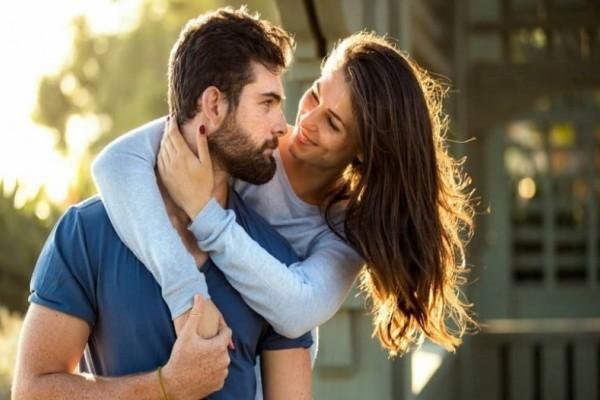 Αυτά τα 5 σημάδια εκδηλώνουν ότι είναι κρυφά ερωτευμένος μαζί σου!
