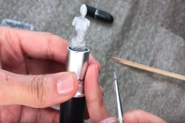 Το πιο περίεργο είδος τέχνης: Γλυπτική σε… κραγιόν; (Video)