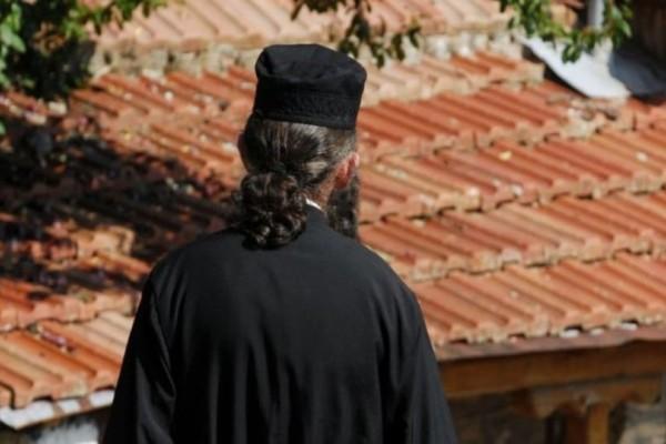 Χίος: Ήρθε η απάντηση του ιερέα που πέταξε κέρματα σε βουλευτή του ΣΥΡΙΖΑ!