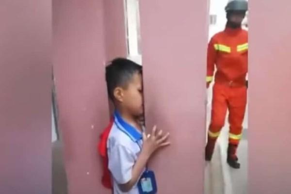7χρονος εγκλωβίζεται ανάμεσα σε κολώνες και τον βγάζει η Πυροσβεστική! (Video)