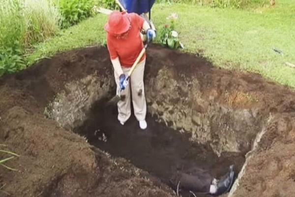 Μία γιαγιά σκάβει έναν τάφο στην αυλή της...Λίγο μετά οι γείτονες καταλαβαίνουν τι τρέχει! (Video)