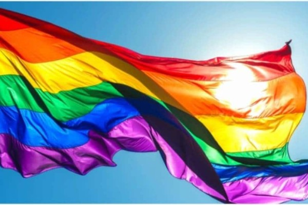 To ουράνιο τόξο των LGBT: Τι συμβολίζει το κάθε χρώμα στις λωρίδες;