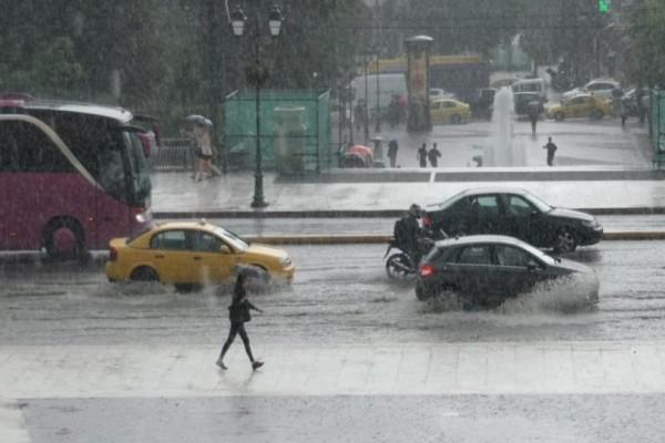Μπουρίνι με βροχή και χαλάζι σαρώνει την Αττική!
