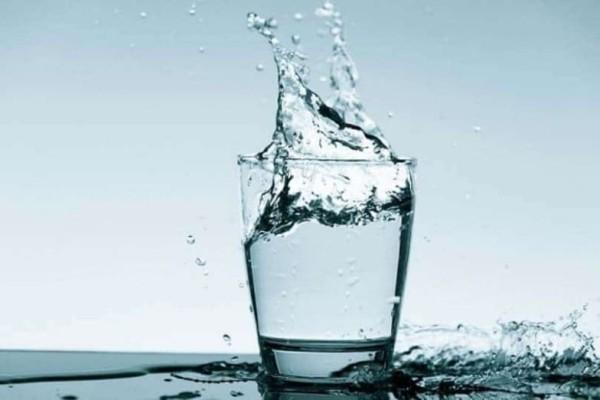 Πίνεις νερό με το που ξυπνήσεις; Κοίτα τι παθαίνει το σώμα σου!
