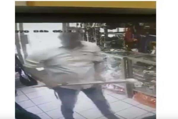 Σοκ στο Μεξικό: Ληστής χτυπάει με ρόπαλο γυναίκα υπάλληλο! (Video)