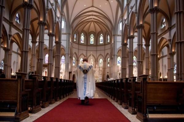Απίστευτο: Η Καθολική Εκκλησία απαγορεύει τη μετάληψη σε όσους ψήφισαν υπέρ των αμβλώσεων!