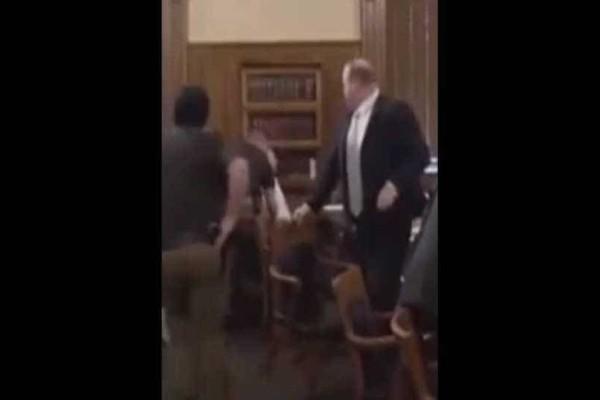Τραγικό: Κατηγορούμενος υποστήριζε ότι είναι αθώος και μετά από λίγο έκοψε το λαιμό του μέσα στη δίκη! (video)