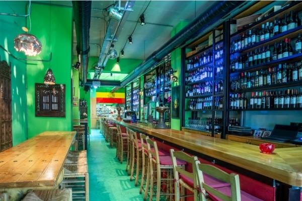 Δοκιμάσαμε & σας παρουσιάζουμε το wine bar που έχει εξελιχθεί σε τοπ στέκι της πόλης!