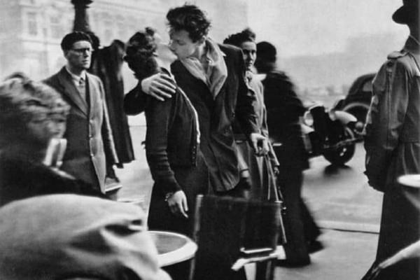 Η γυναίκα πίσω από το διάσημο φιλί: Ποια είναι η ιστορία του;