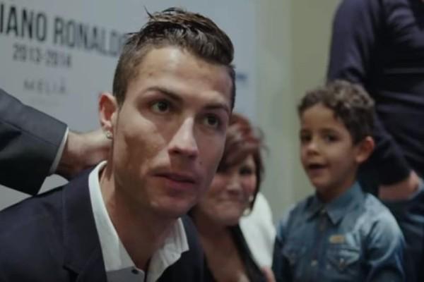 Ο Ρονάλντο φωτογραφίζεται με νεαρό θαυμαστή του και γίνεται viral! (Video)
